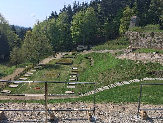 """Flossenburg, Germany: Údolí smrti - prostranství národů, pyramida z popela, """"krematorium"""", strážní věž"""