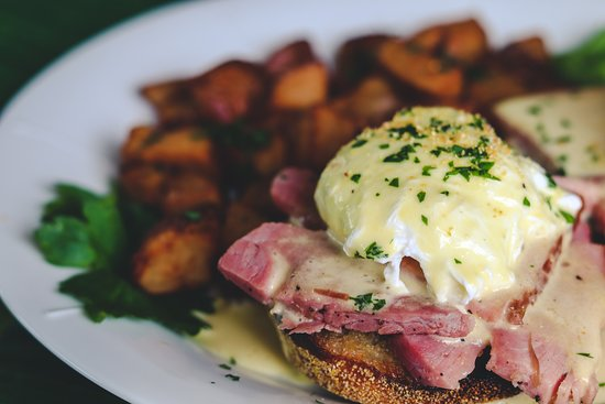 Breakers Restaurant & Bar : Classic Eggs Benedict