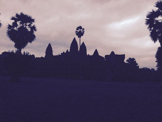 Full-Day Temples of Angkor Small Group Tour: Angkor Wat at Sunrise (overcast & rainy day)