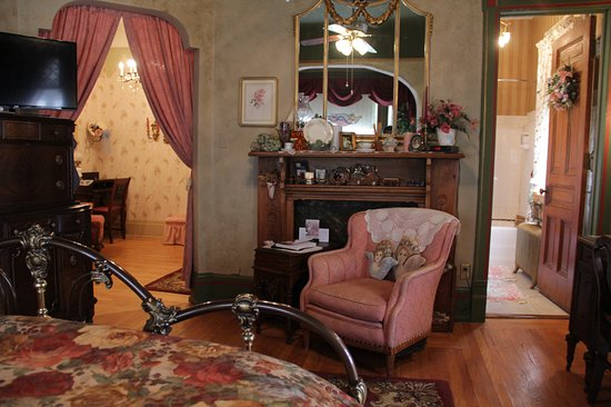 Schuster Mansion Bed & Breakfast: Laura Sue's Suite, is a 3 room suite.