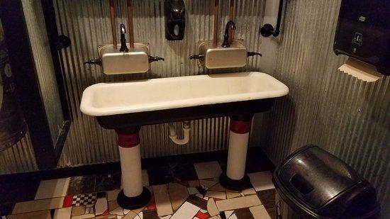 M Moggers Restaurant and Pub: Men's Room Sink