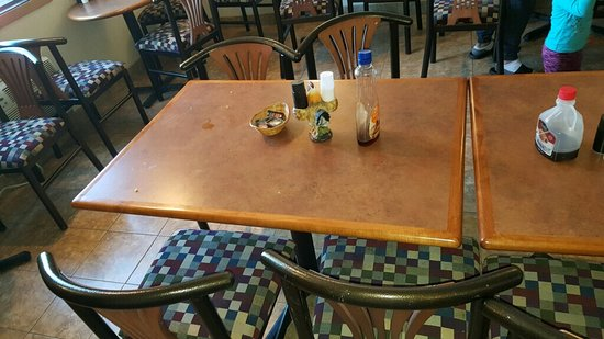 Beartooth Inn of Cody : The tables were not being cleaned as guests left.