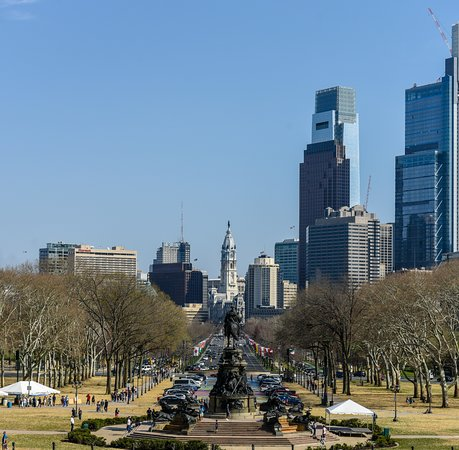 Filadelfia, Pensilvania: Looking down Benjamin Franklin Parkway towards City Hall from the Philadelphia Museum of Art Ste