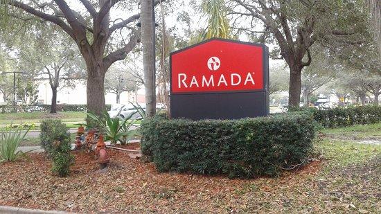 Ramada Orlando Near Convention Center: Entrada desde la calle Jamaica Court