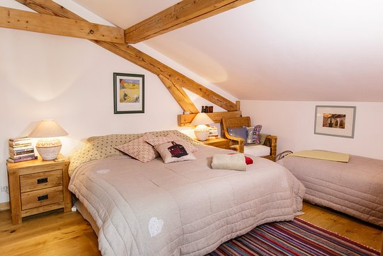 The Guest House : Family room. Double (180) and single or triple room. Private family bathroom adjacent to room.