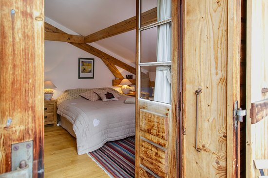 The Guest House : Family room. Sleeps 3. Private bathroom with bath adjacent to room.