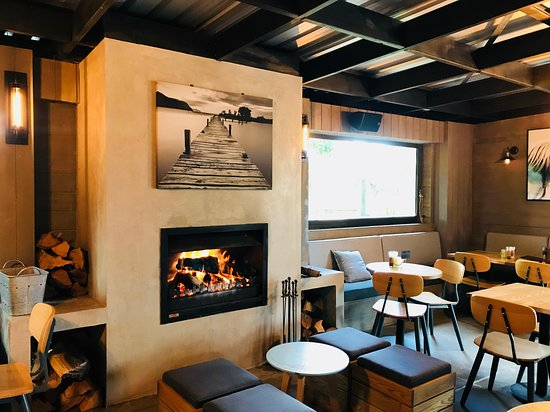 Clevedon, New Zealand: Fireplace at Hinge & Co Restaurant