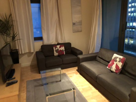 Canary Wharf Apartments: Spacious,uncomfortable sofa