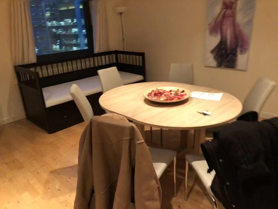 Canary Wharf Apartments: Unstable low quality table