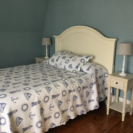Kennebunk, ME: All the rooms have a private bathroom, sitting area, WiFi and tv.  Lots of room to relax, sit on