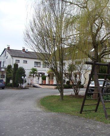 """Marialinden, Duitsland: zicht vanop de parking achteraan - tevens een """"zuiders geïnspireerd"""" rustig terras aanwezig"""