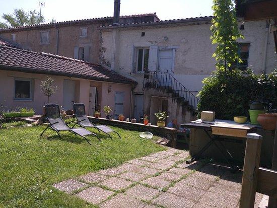 Burlats, França: Vue du jardin