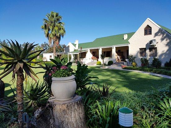 Addo, South Africa: Gartenanlage mit Guesthouse