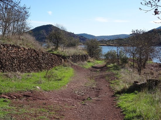 Lac de Salagou : Path around Celles