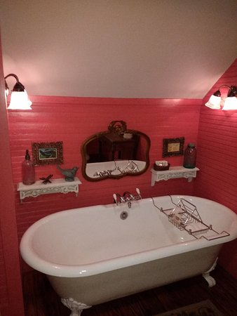 The Mast Farm Inn: Inviting tub in the Cherry Room.