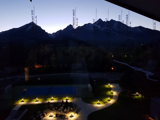 Stara Lesna, สโลวะเกีย: View to the hotel grounds and mountains from the Sky Lounge