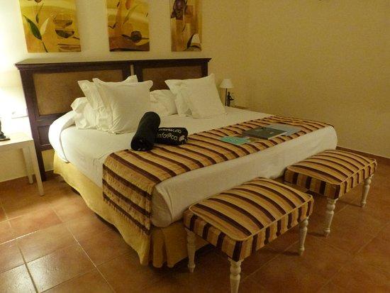 Agroturismo Ibiza Can Jaume: très grand lit avec toutes sortes d'oreillers