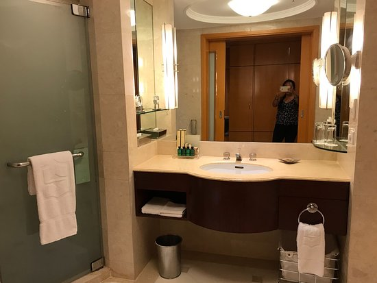 Makati Shangri-La Manila: Bathroom