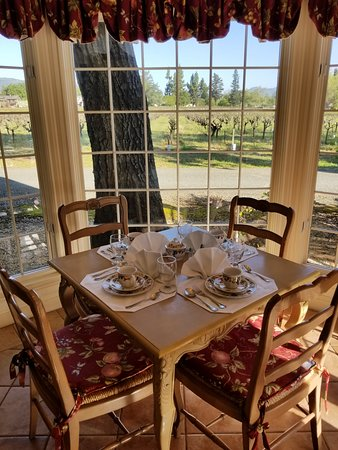 Vineyard Country Inn: Breakfast Setting with a View