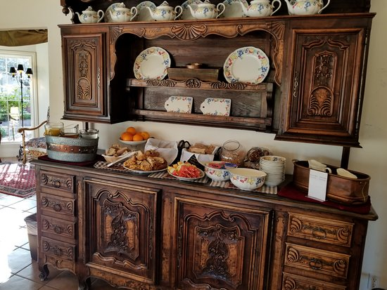 Vineyard Country Inn: Breakfast Buffet Table