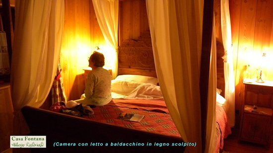 Camera con letto a baldacchino in legno scolpito. - Picture of Casa ...