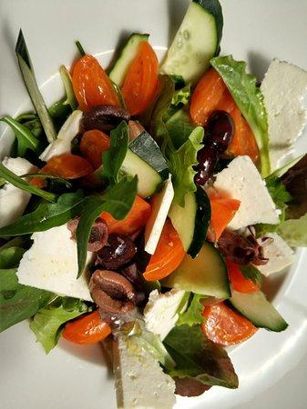 Sala Comacina, Italië: Insalata con pomodorini, quartirolo lombardo, cetrioli e olive nere