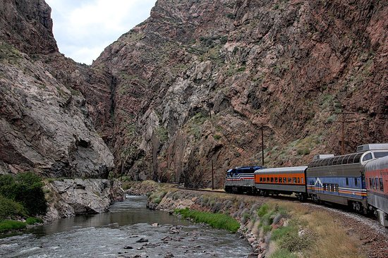 Royal Gorge Route Railroad: Train going up the gorge