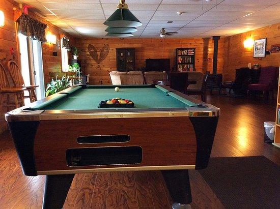Madawaska, Canadá: Billiard table and lounge area