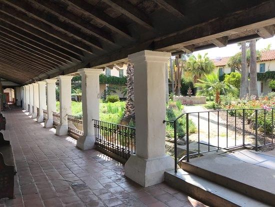 Mission San Diego de Alcala: courtyard