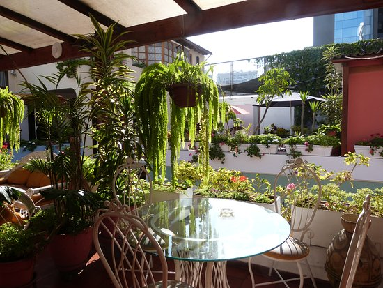 Hostal El Patio: une des terrasses fleuries