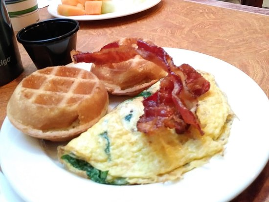 Embassy Suites by Hilton Nashville South/Cool Springs: Small omelet, waffles & bacon. Yum!