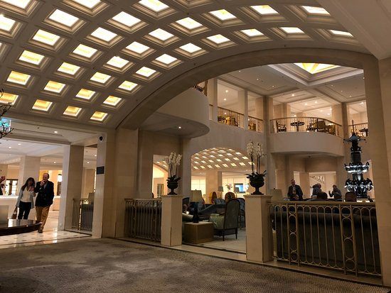 Hotel Adlon Kempinski: Beautiful lobby and piano player later in the day.