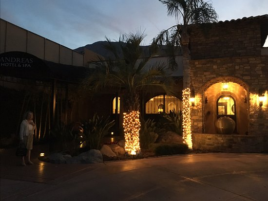 Andreas Hotel & Spa: Night time glance at the entrance -