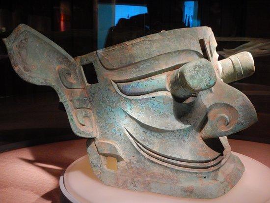 Guanghan, Kina: Large Bronze Head - protruding eyes