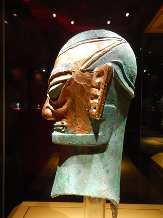 Guanghan, Kina: Gold mask on life size bronze head