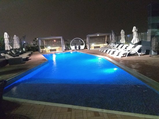 Fraser Suites Doha: Cozy pool at night..peaceful and lovely...