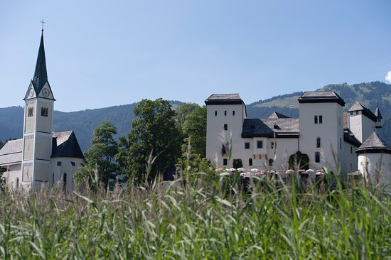 Goldegg am See, Austria: Seewiese und Schloss Goldegg