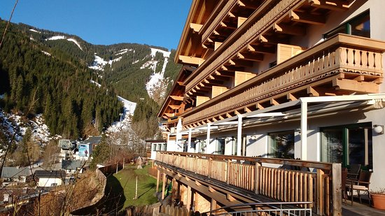 Gartenhotel  Daxer: Photo from the terrace showing balconies and the ski lift