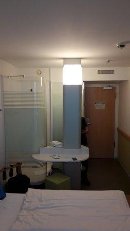 """Ibis Budget Dresden City: Pokój i kabina prysznicowa wraz z """"aneksem łazienkowym"""" :P"""