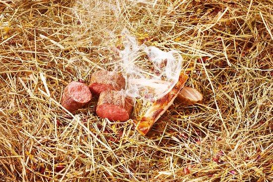 Rüschlikon, Schweiz: Lammrücken im Heu gegart
