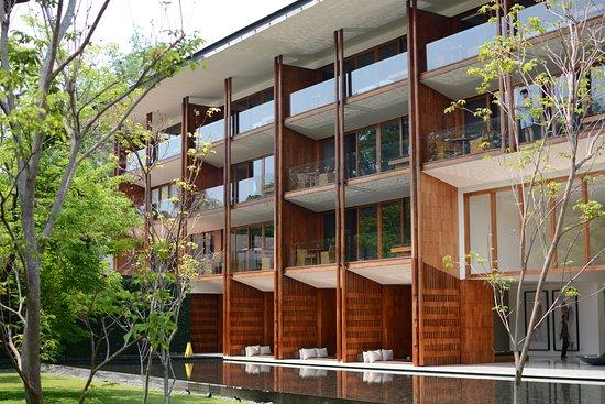 Anantara Chiang Mai Resort: Looking into the lobby from center courtyard