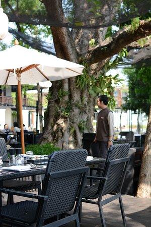 Anantara Chiang Mai Resort: Breakfast buffet with outdoor seating