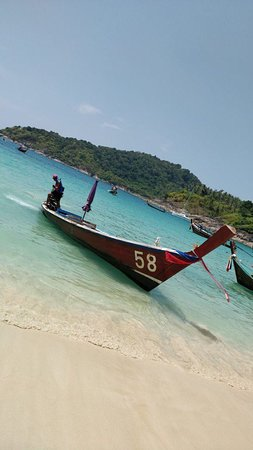 Freedom Beach : лодки прибывающие на пляж по воде