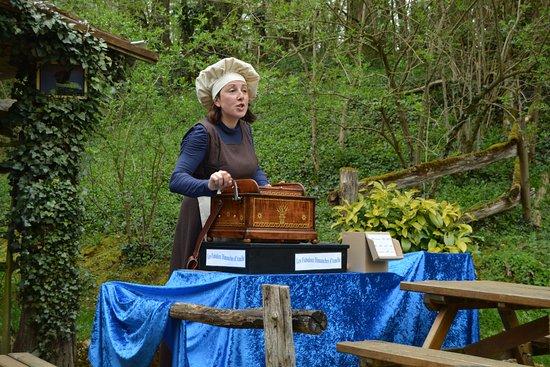 La Vallée Troglodytique des Goupillières : Amélie est présente à tous les postes, et avec le même entrain.