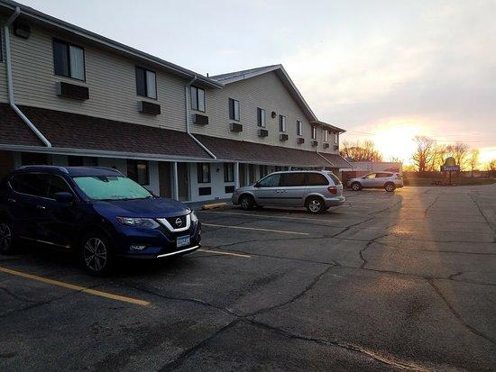 Farmer City, Илинойс: Parking Lot View.