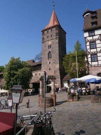 Nuremberg Free Walking Tour: Torre Tiergarten, lugar de reunión muy popular y divertido