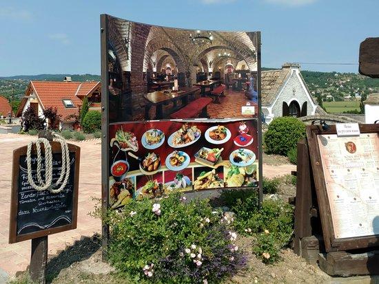 Romai Pince : Завлекающий стенд перед входом в ресторан