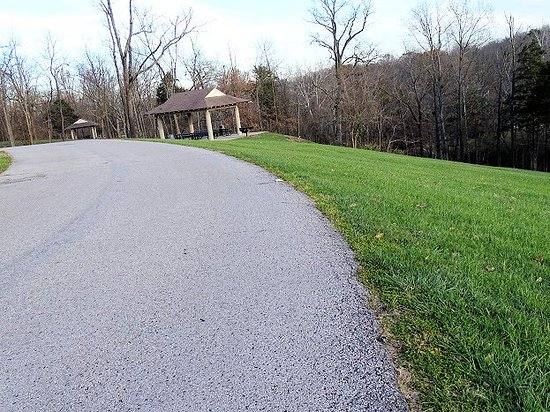 Jeffersontown, KY: road through park