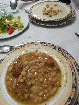 Restaurante Navarro: Potaje lo llaman, aunque más bien son judías blancas con pelota, y crema de champiñones al fondo