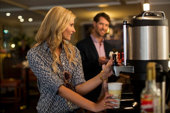 Menlo Park, Californië: Coffee, tea, lattes, & cappuccinos available at our bar until 10am daily